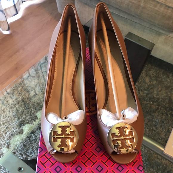 5bf4346e7dda3 Brand new Tory Burch Kara tan wedge prep toe heel